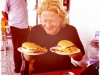 Noch freut er sich über 2 Burger an einer marokkanischen  Tankstelle.